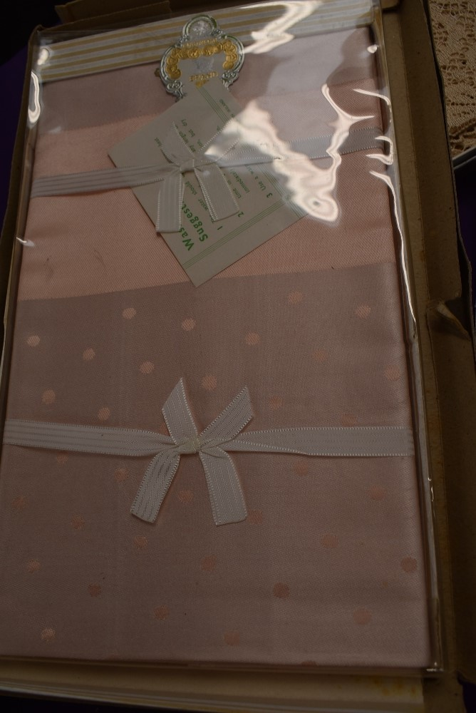 A collection of vintage table linen including Irish linen, all in boxes or with tags and packaging. - Image 5 of 7