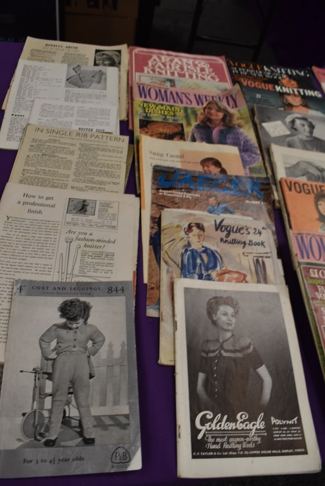 A collection of vintage knitting magazines. - Image 3 of 4