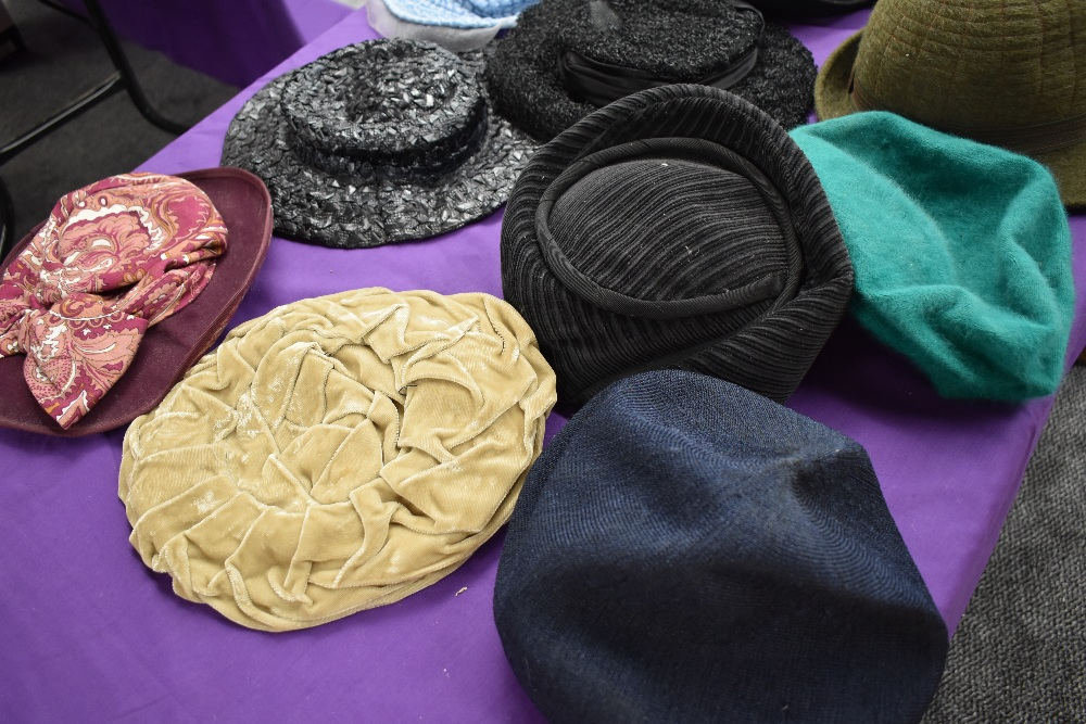 A hat case containing assorted vintage hats, 1940s to late 60s/early 70s. - Image 2 of 3