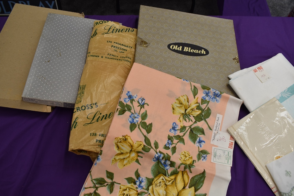 A collection of vintage table linen including Irish linen, all in boxes or with tags and packaging. - Image 7 of 7