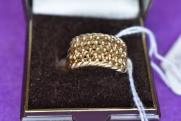 A gents 9ct gold ring having plait and ball decoration, size S & APPROX 6.2G