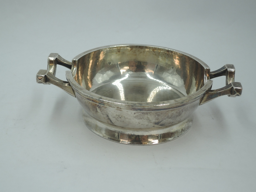 A silver ash tray of heavy bowl form having plannished finish, London 1946, Francis Adam, approx