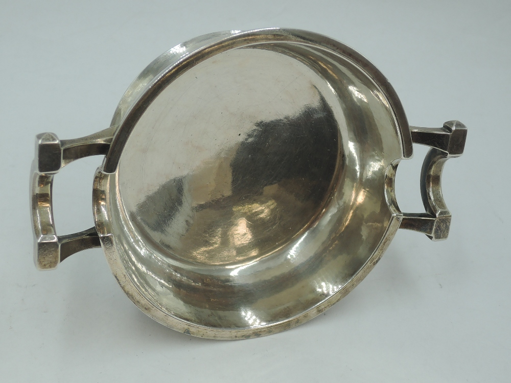 A silver ash tray of heavy bowl form having plannished finish, London 1946, Francis Adam, approx - Image 2 of 3