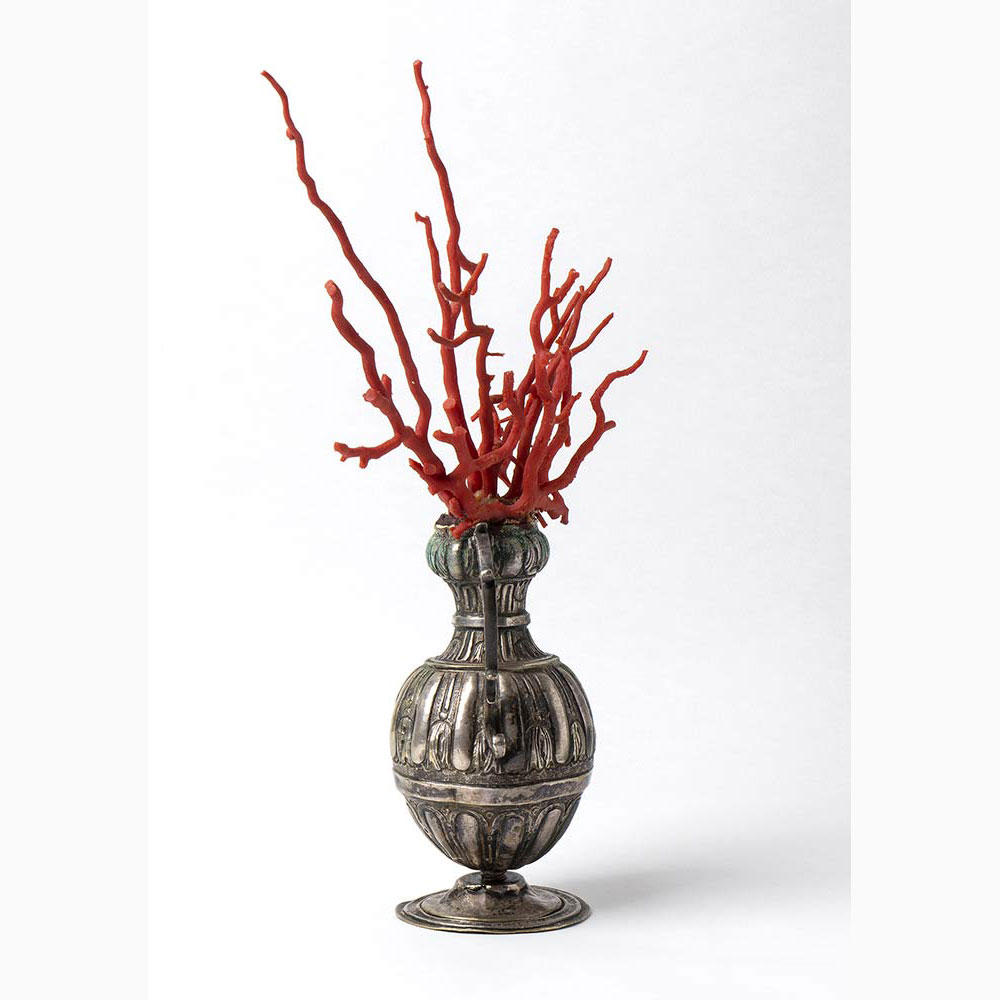 A metal vase with Mediterranean coral branch - Italy, late 18th Century - Image 2 of 3