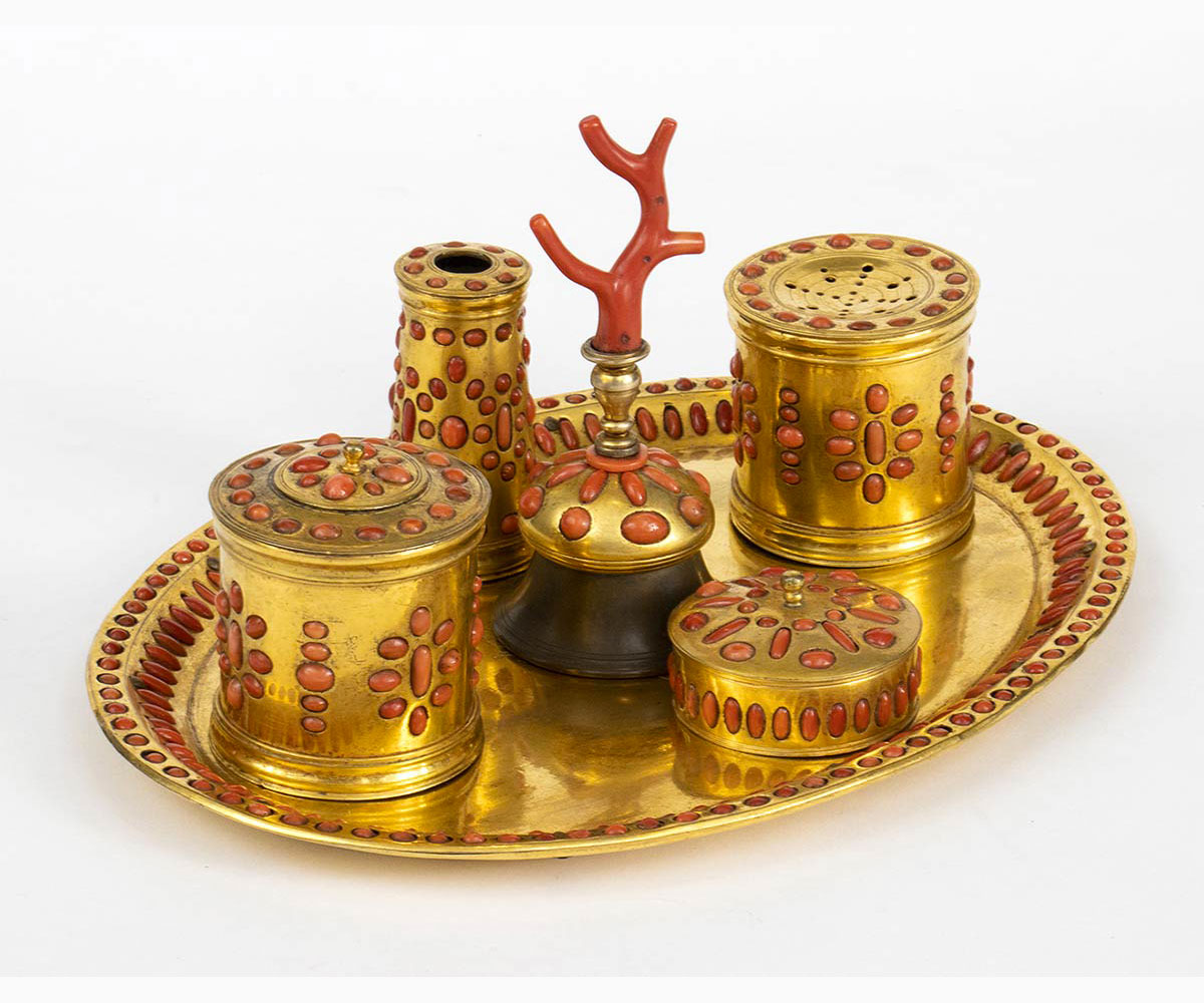 An Italian coral and gilt copper inkwell - Italy, Trapani, 17th Century - Image 2 of 3
