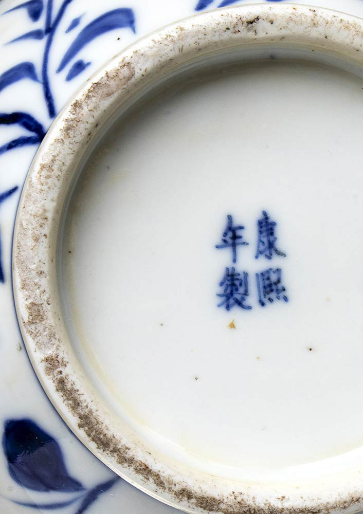 A 'BLUE AND WHITE' PORCELAIN 'DRAGONS' BOTTLE VASEChina, 19th-20th century - Image 3 of 3