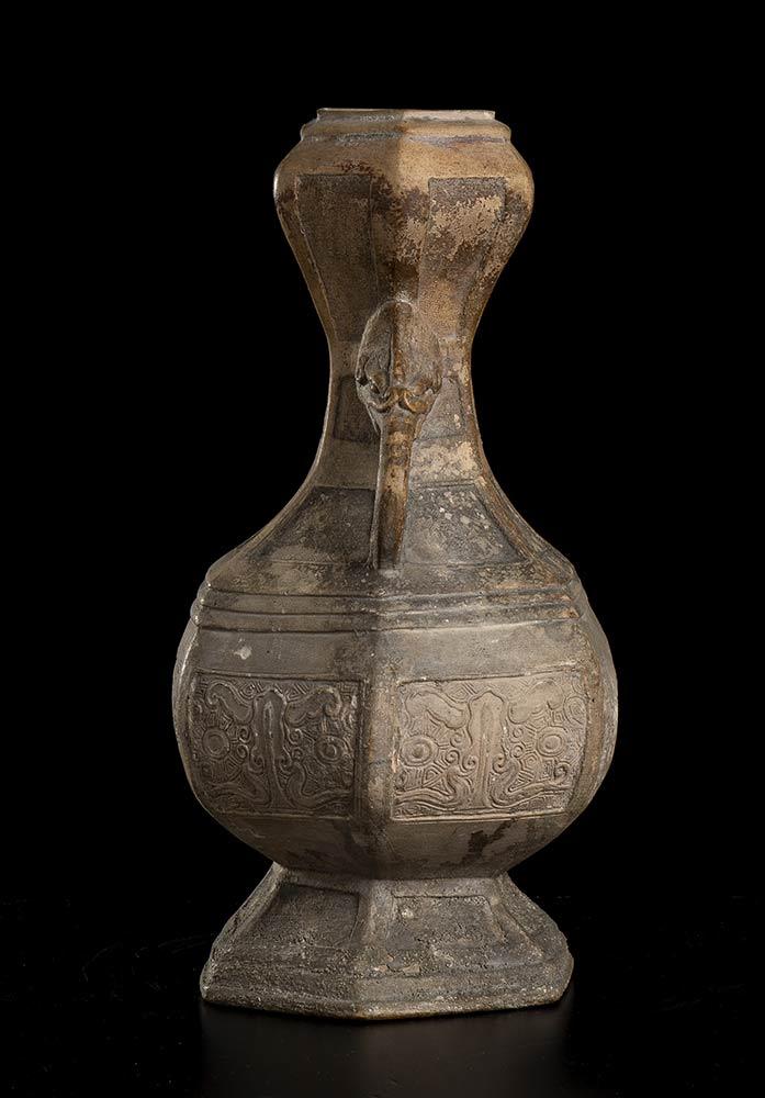 A CERAMIC VASEChina, probably Ming dynasty - Image 2 of 3