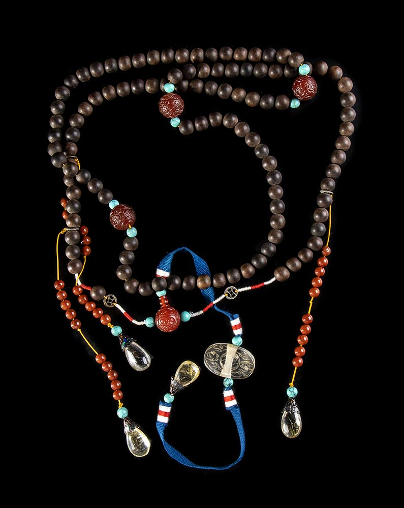 AN OFFICIAL STYLE NECKLACE (CHAOZHU) WITH WOOD, AMBER, ROCK CRYSTAL AND TURQUOISE BEADS AND PENDANTS