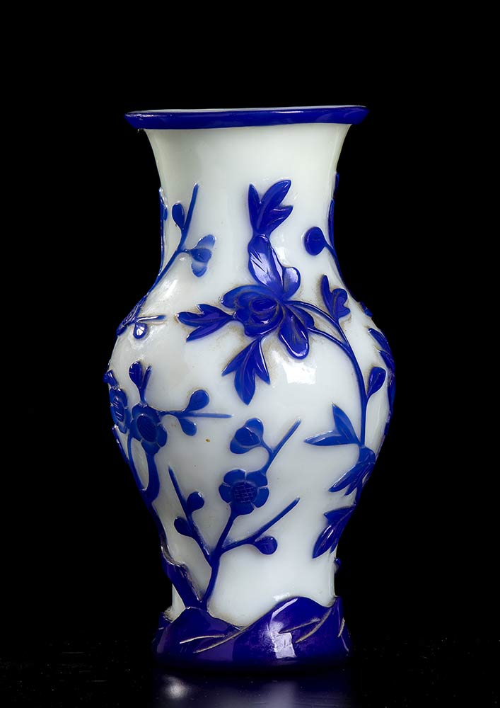 A CARVED GLASS VASE WITH FLORAL DECORATIONChina, early 20th century - Image 2 of 2
