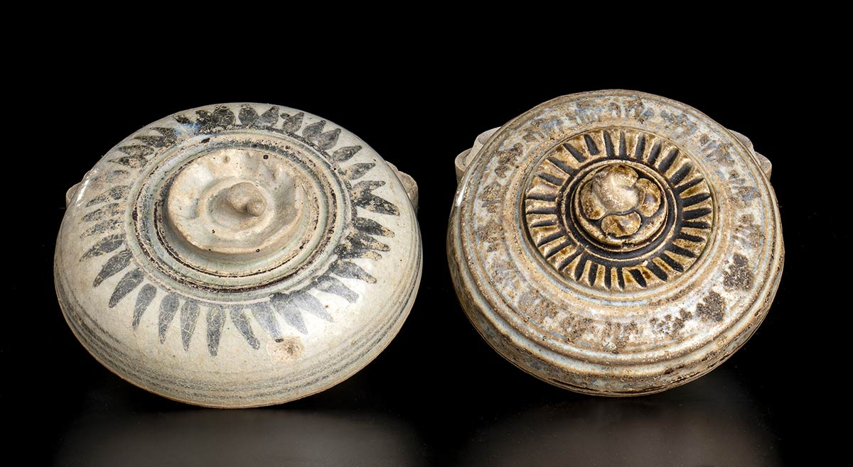 TWO 'SAWANKALOK' PAINTED CERAMIC CONTAINERS AND COVERThailand, 15th-16th century - Image 2 of 2