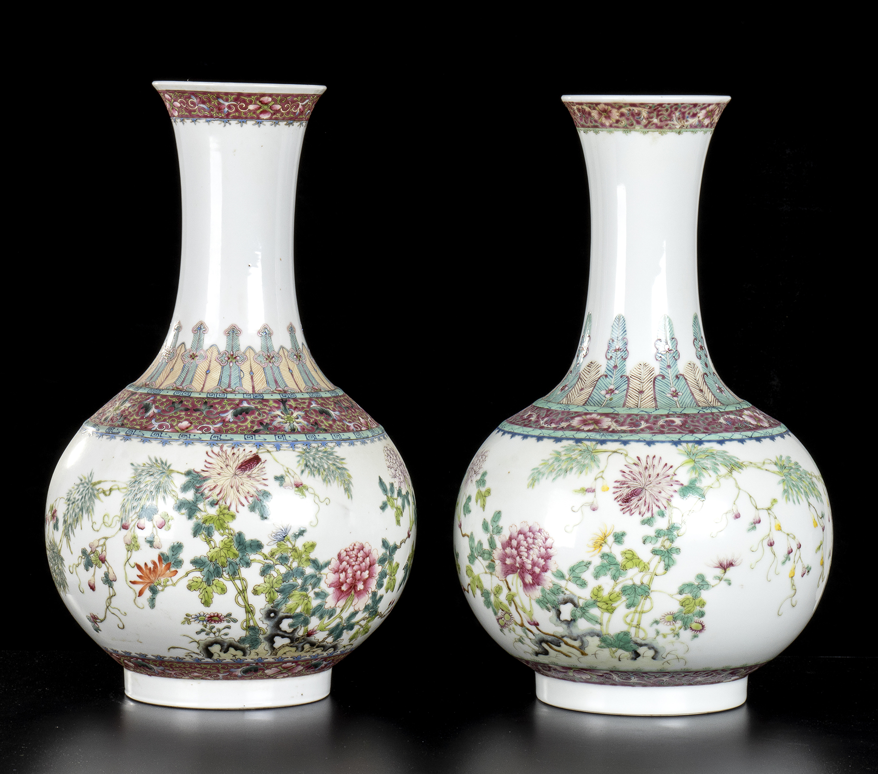 A PAIR OF PORCELAIN BOTTLE VASES WITH POLYCHROME DECORATIONChina, first half of the 20th century
