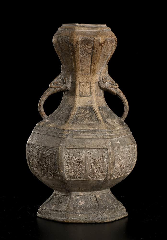 A CERAMIC VASEChina, probably Ming dynasty