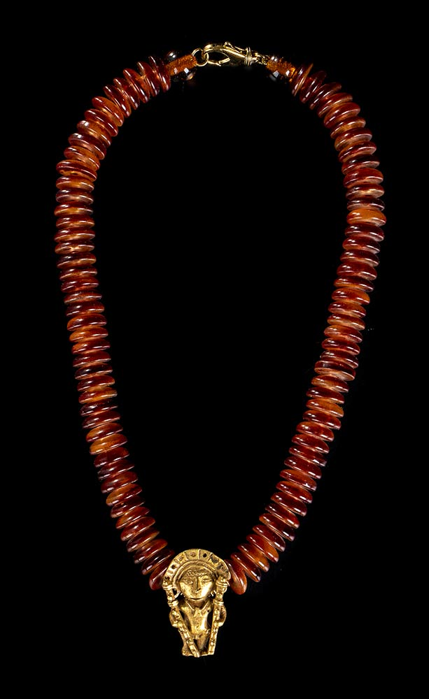 A NECKLACE WITH A GOLD ALLOY ANTHROPOMORPHIC PENDANT Pre-Columbian style