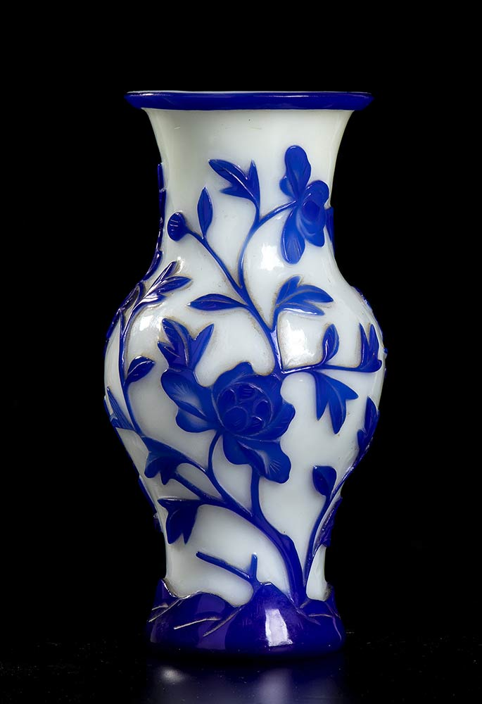 A CARVED GLASS VASE WITH FLORAL DECORATIONChina, early 20th century