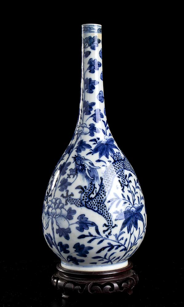 A 'BLUE AND WHITE' PORCELAIN 'DRAGONS' BOTTLE VASEChina, 19th-20th century