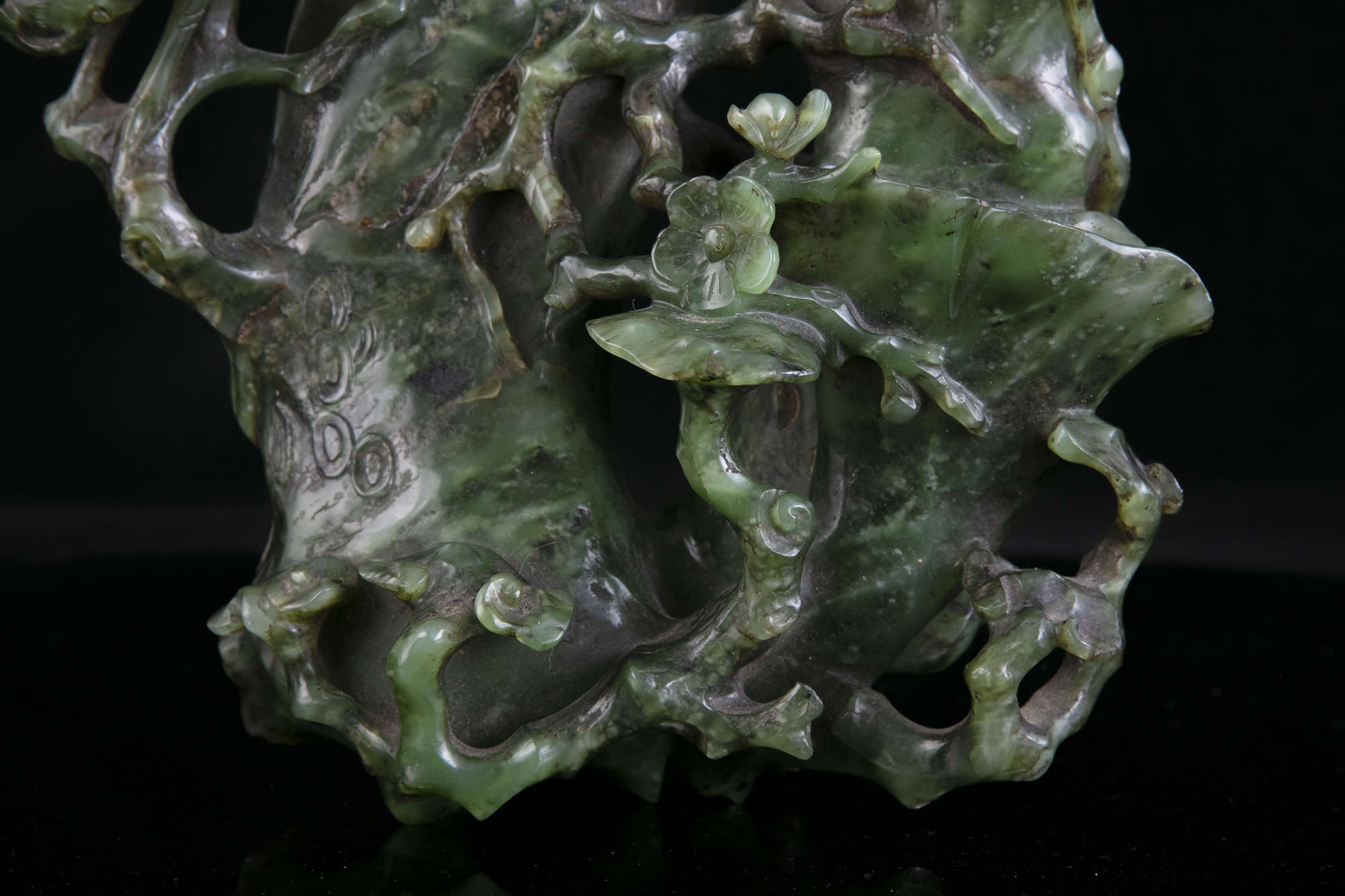 AN HIBISCUS SHAPED SPINACH JADE DOUBLE VASE China, Qing Dynasty, 19th centur Carved in a green stone - Image 32 of 45