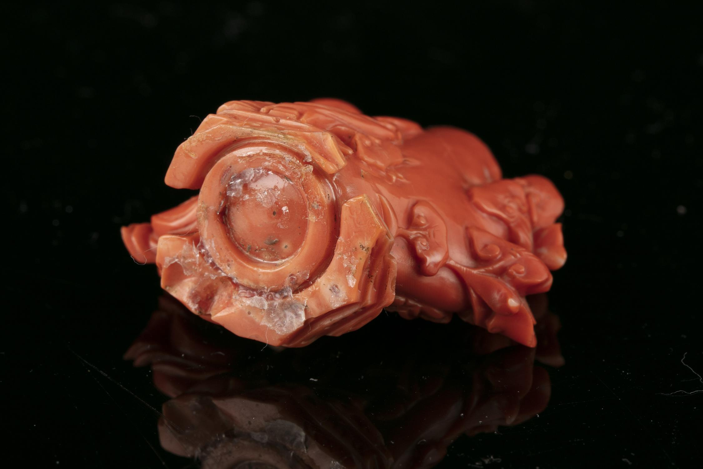 *A CARVED RED CORAL 'LIU HAI AND THREE LEGGED TOAD' SNUFF BOTTLE WITH MATCHING STOPPER China, - Image 15 of 17