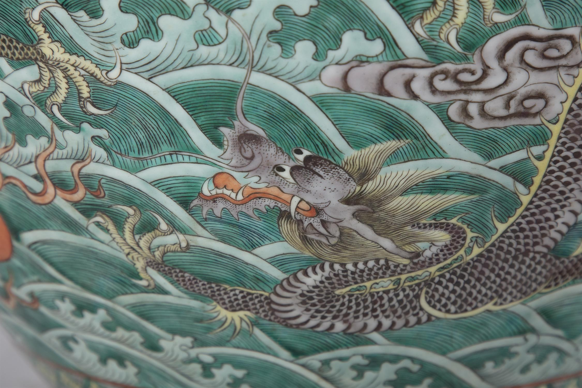 A LARGE 'FIVE-CLAWED DRAGONS' FAMILLE VERTE AQUARIUM /FISHBOWL China, Qing Dynasty, 19th century The - Image 6 of 24