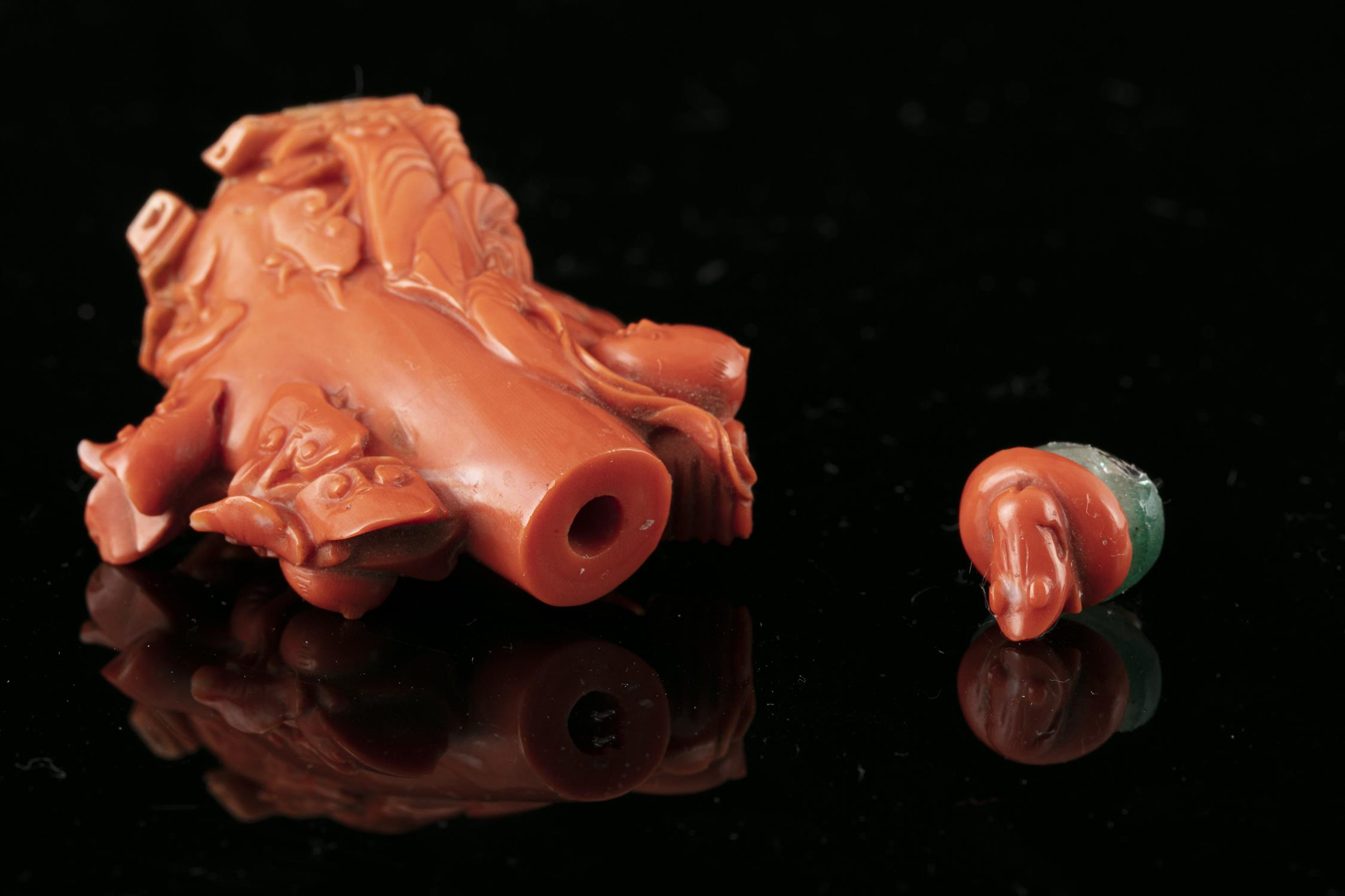 *A CARVED RED CORAL 'LIU HAI AND THREE LEGGED TOAD' SNUFF BOTTLE WITH MATCHING STOPPER China, - Image 14 of 17
