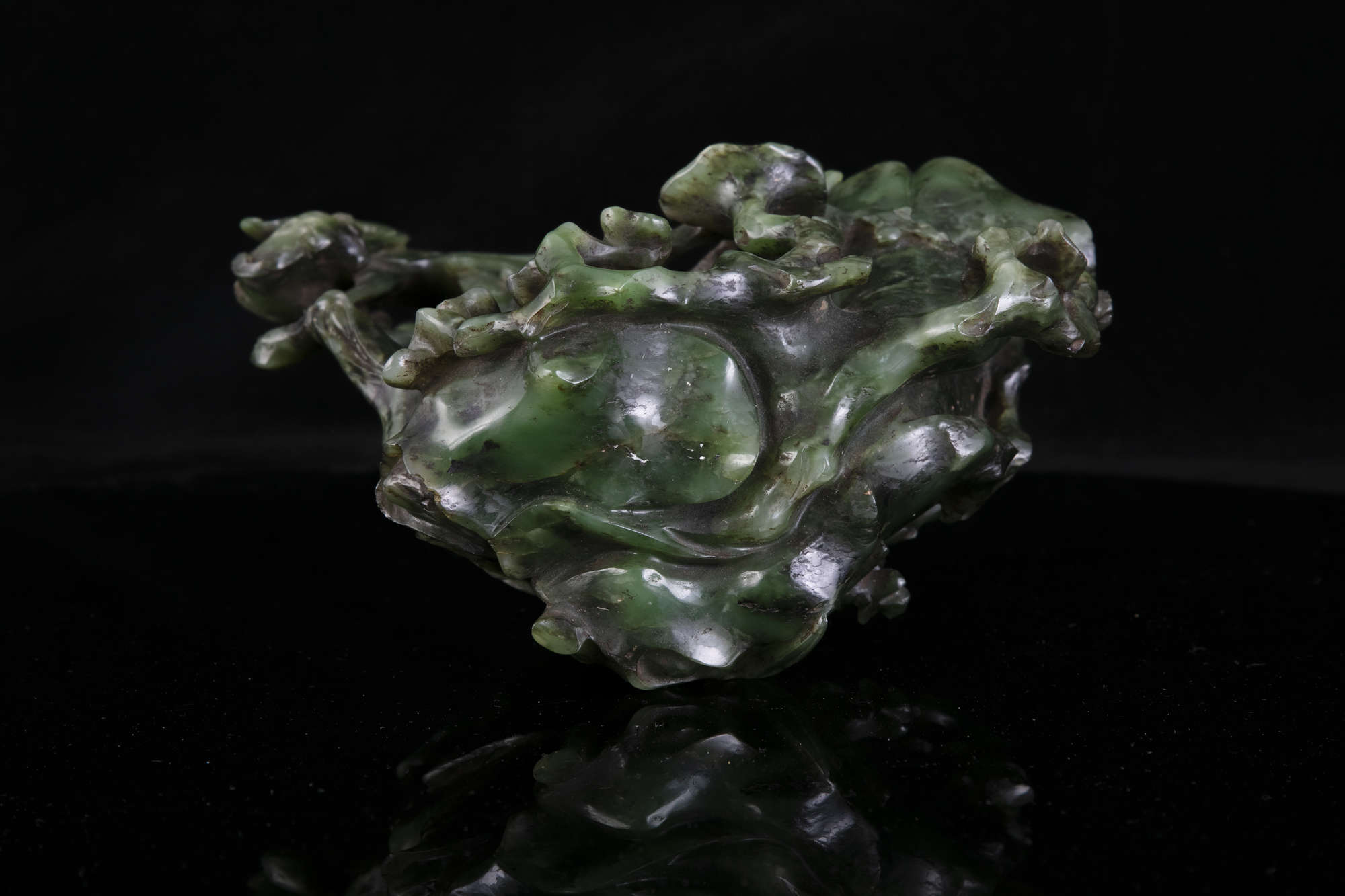AN HIBISCUS SHAPED SPINACH JADE DOUBLE VASE China, Qing Dynasty, 19th centur Carved in a green stone - Image 41 of 45