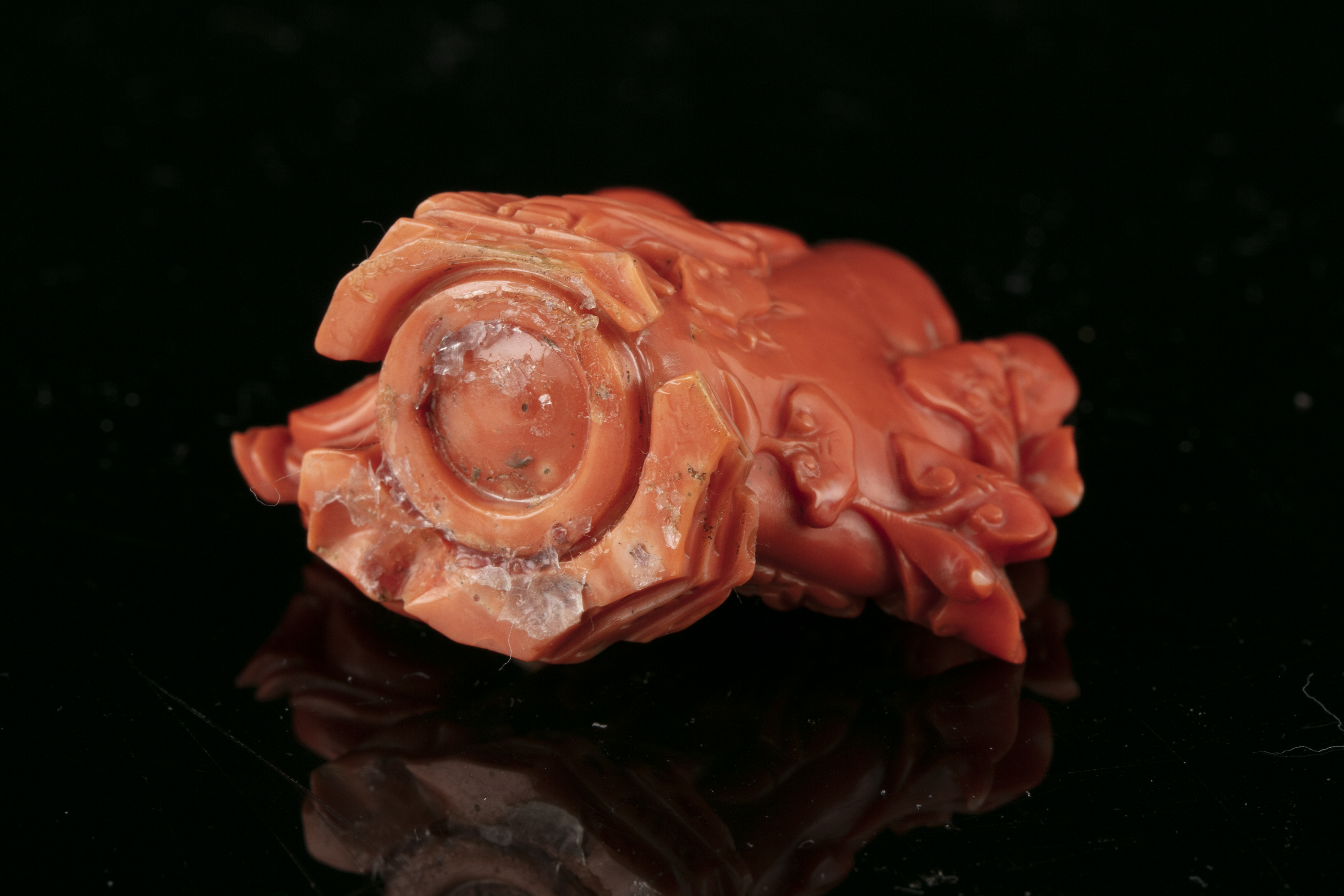 *A CARVED RED CORAL 'LIU HAI AND THREE LEGGED TOAD' SNUFF BOTTLE WITH MATCHING STOPPER China, - Image 6 of 17