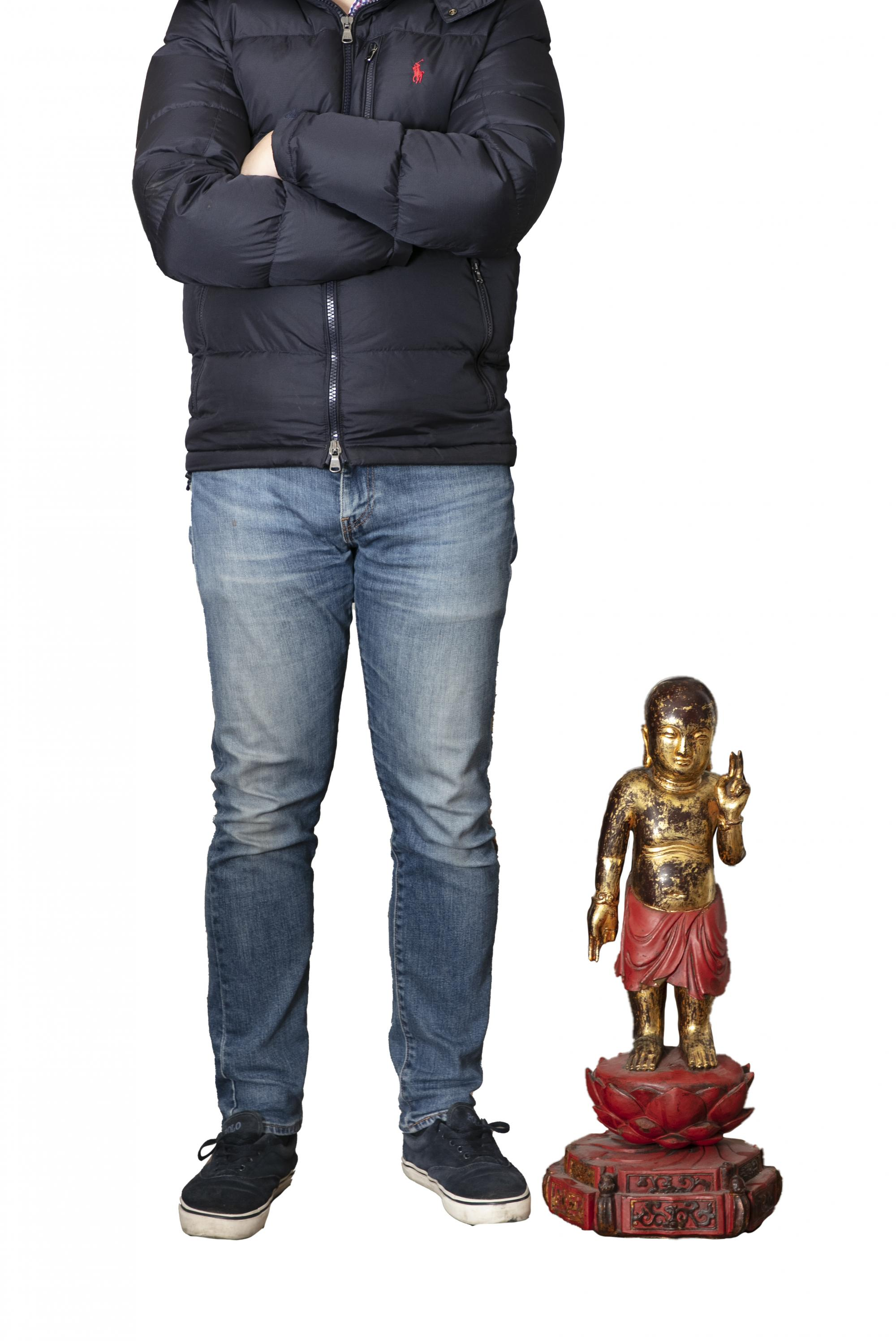 A LARGE GILT-LACQUERED WOODEN SCULPTURE OF THE STANDING INFANT BUDDHA China, Qing Dynasty (or - Image 13 of 20