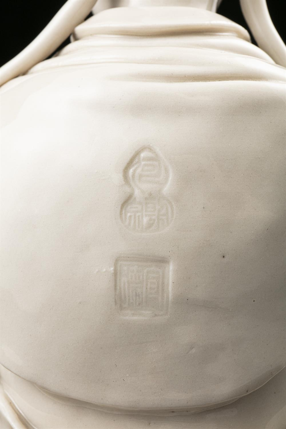 A LARGE DEHUA FIGURE OF A SEATED GUANYIN IMPRESSED WITH A HE CHAOZONG 何朝宗 CALABASH SHAPED SEAL - Image 41 of 48