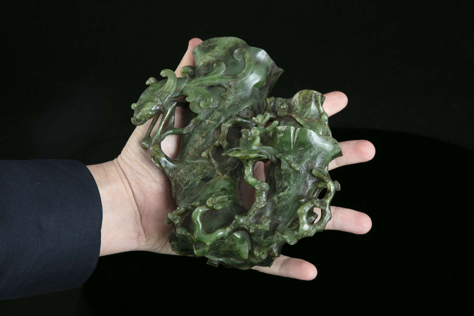 AN HIBISCUS SHAPED SPINACH JADE DOUBLE VASE China, Qing Dynasty, 19th centur Carved in a green stone - Image 43 of 45