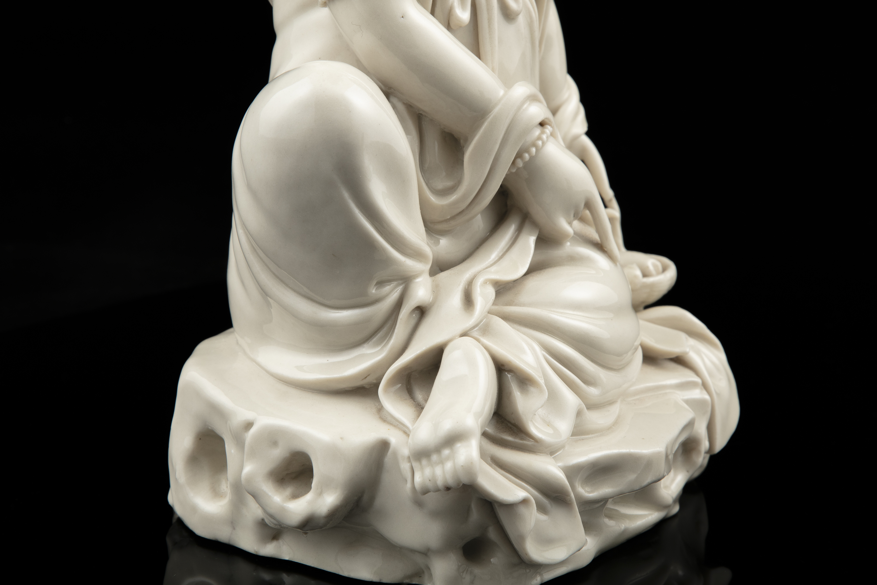 A LARGE DEHUA FIGURE OF A SEATED GUANYIN IMPRESSED WITH A HE CHAOZONG 何朝宗 CALABASH SHAPED SEAL - Image 28 of 48