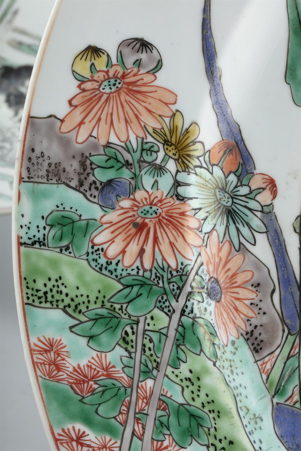 AN IMPORTANT PAIR OF FAMILLE VERTE 'FLYCATCHER AND MAGPIES' PORCELAIN SHALLOW DISHES China, Qing - Image 6 of 35