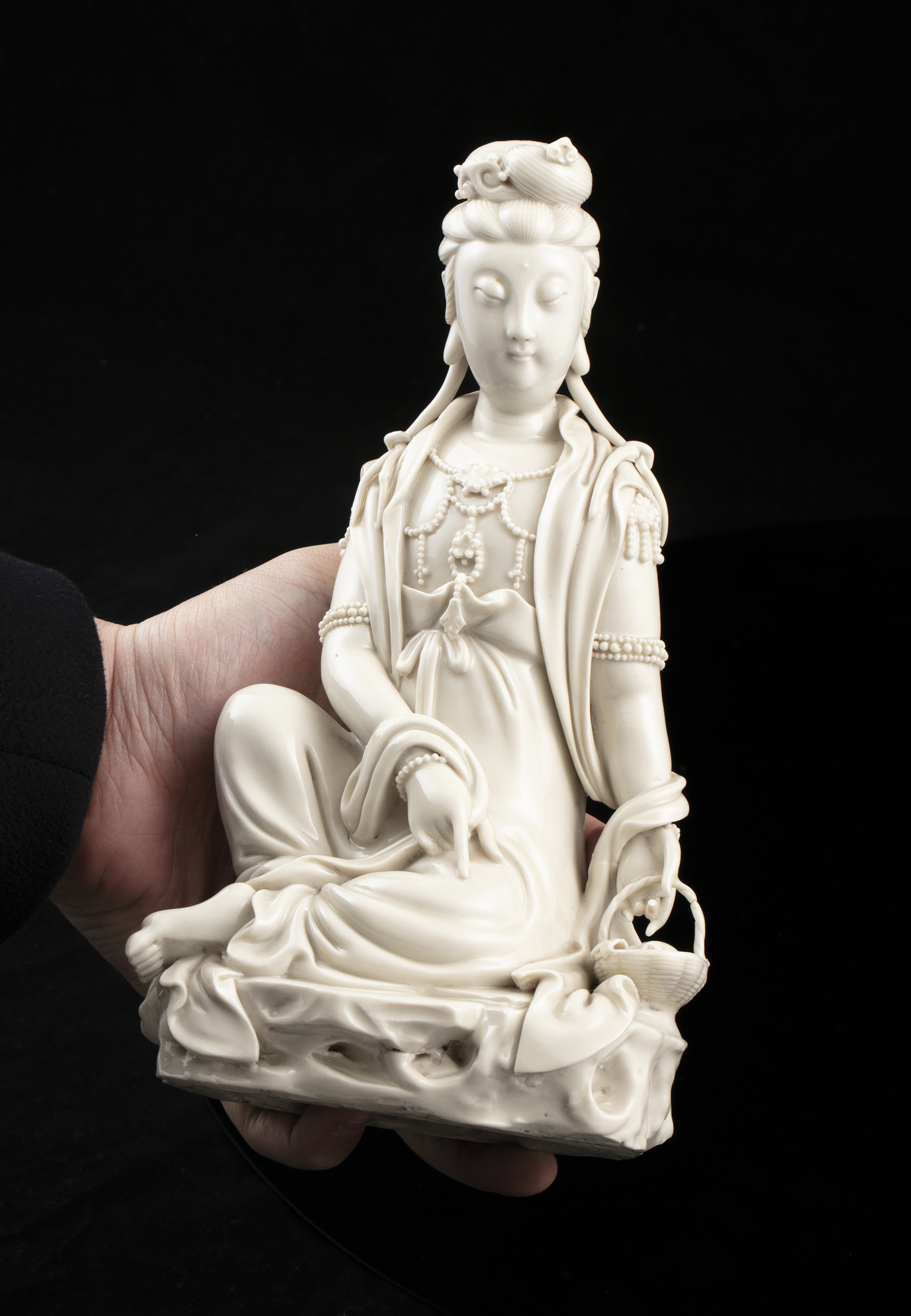 A LARGE DEHUA FIGURE OF A SEATED GUANYIN IMPRESSED WITH A HE CHAOZONG 何朝宗 CALABASH SHAPED SEAL - Image 11 of 48