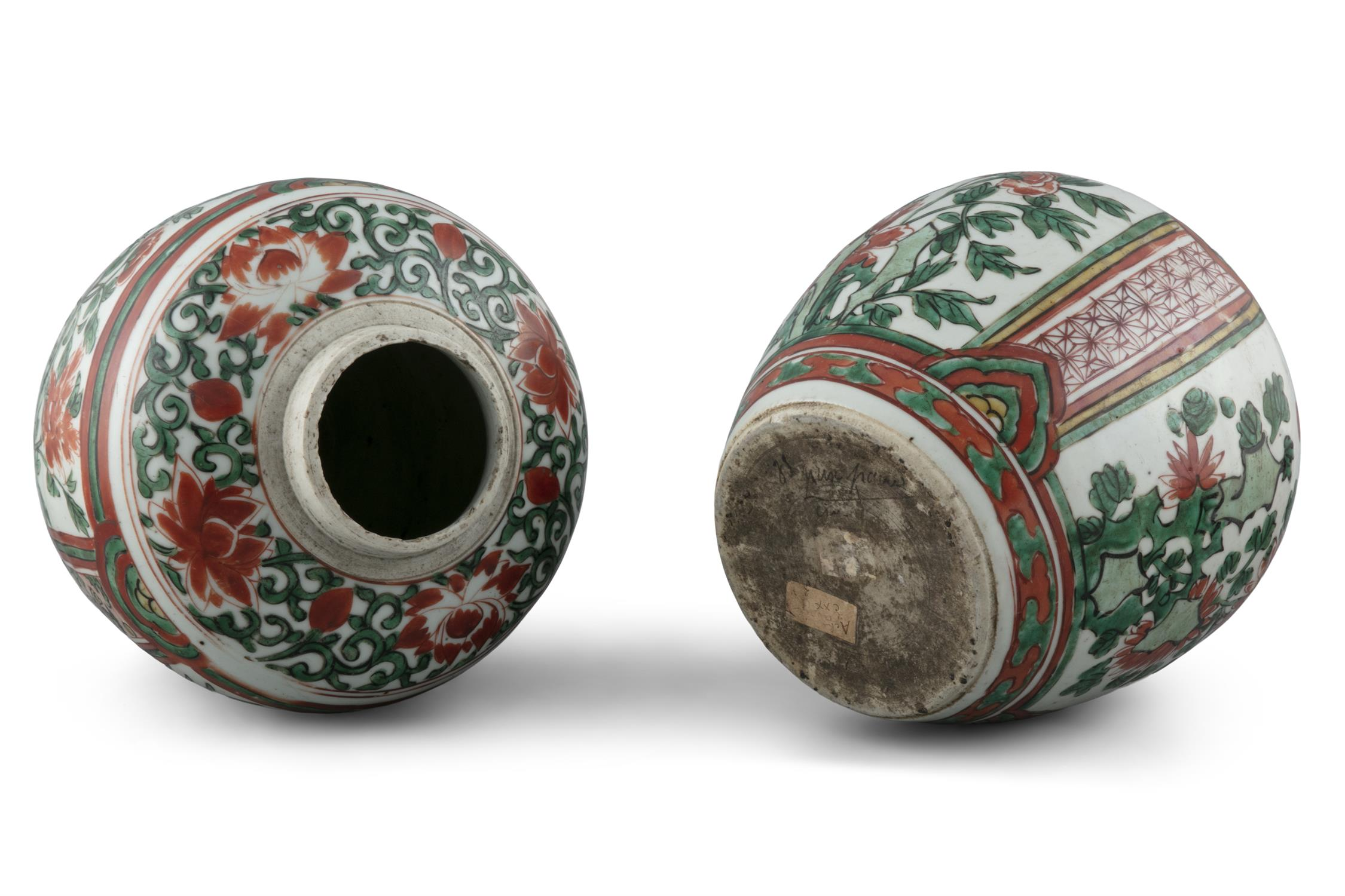A NEAR PAIR OF WUCAI 'CHI DRAGONS' PORCELAIN GINGER JARS China, Transitional period, 17th century - Image 16 of 17