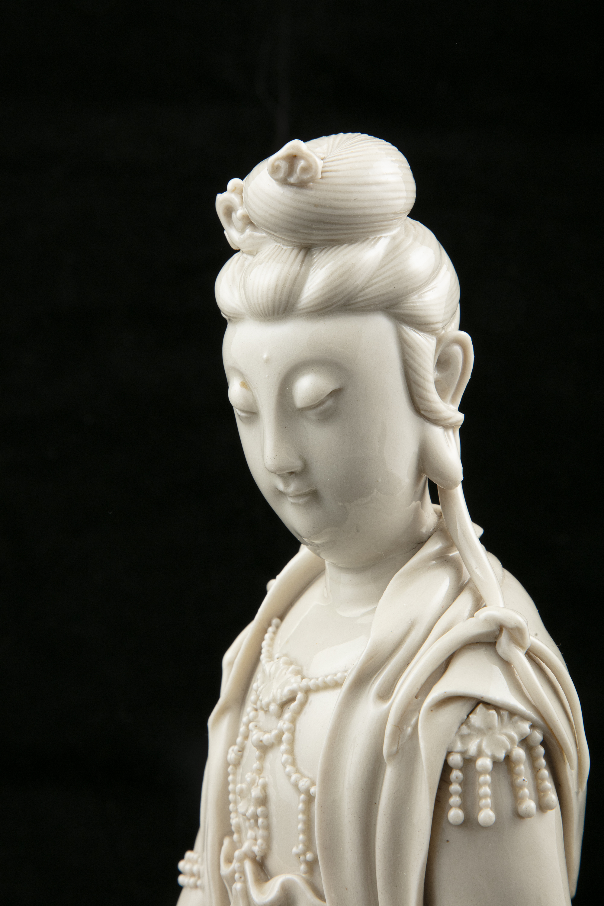 A LARGE DEHUA FIGURE OF A SEATED GUANYIN IMPRESSED WITH A HE CHAOZONG 何朝宗 CALABASH SHAPED SEAL - Image 4 of 48