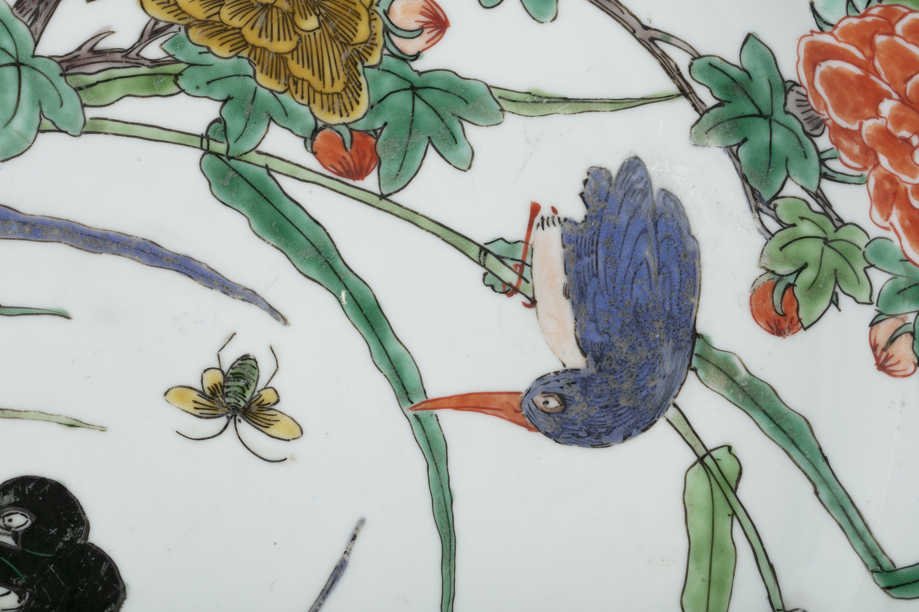 AN IMPORTANT PAIR OF FAMILLE VERTE 'FLYCATCHER AND MAGPIES' PORCELAIN SHALLOW DISHES China, Qing - Image 22 of 35