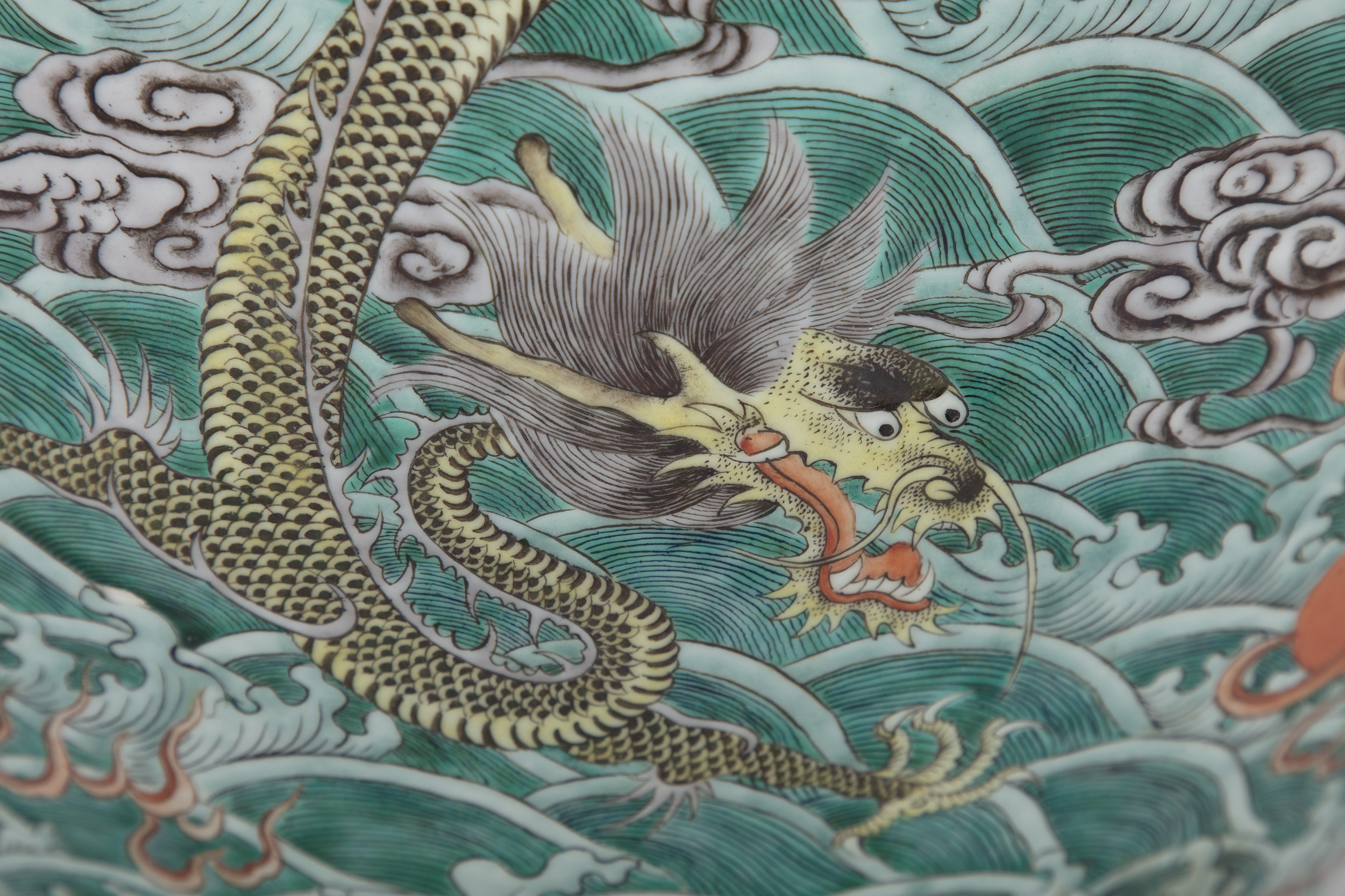 A LARGE 'FIVE-CLAWED DRAGONS' FAMILLE VERTE AQUARIUM /FISHBOWL China, Qing Dynasty, 19th century The - Image 14 of 24