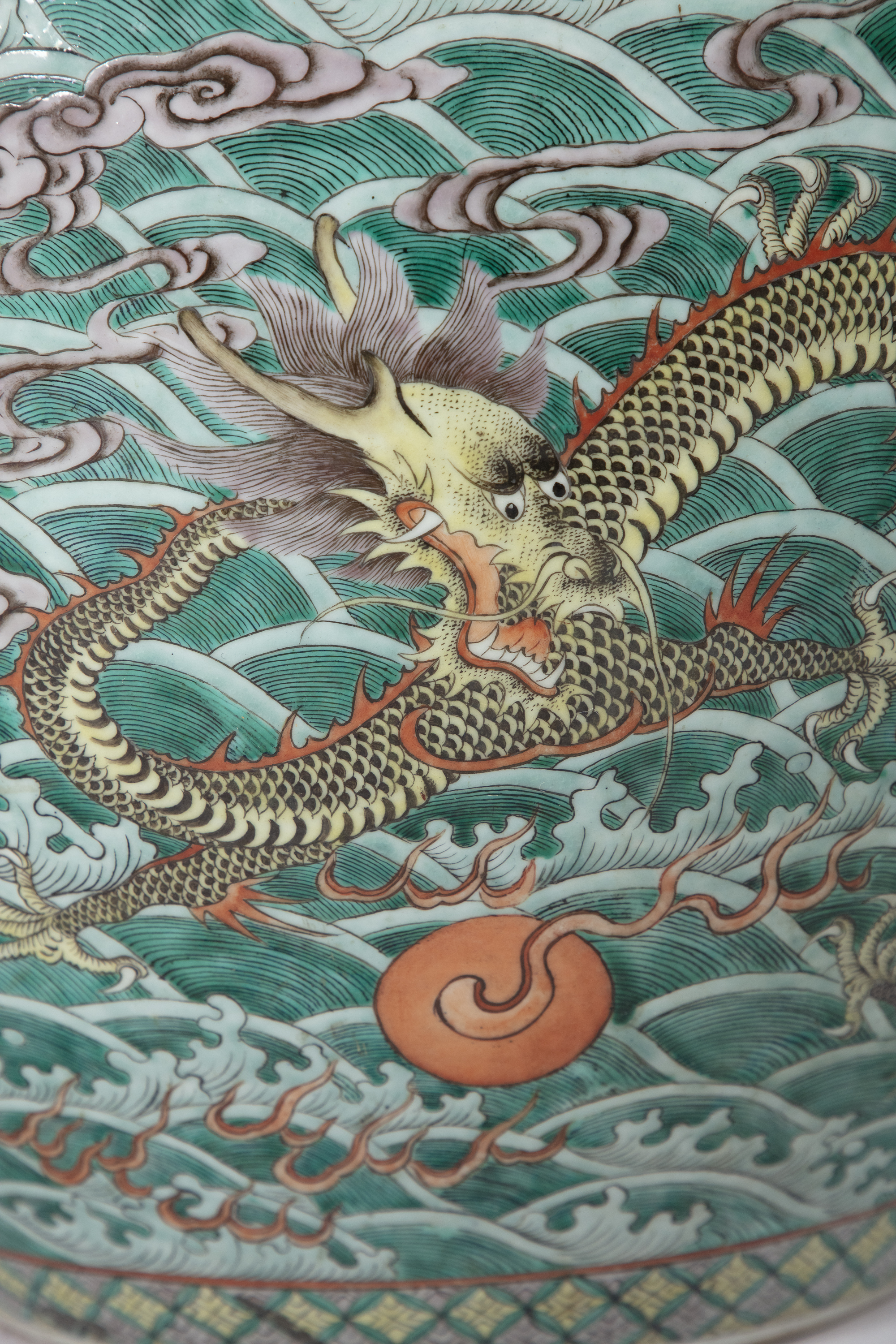 A LARGE 'FIVE-CLAWED DRAGONS' FAMILLE VERTE AQUARIUM /FISHBOWL China, Qing Dynasty, 19th century The - Image 20 of 24