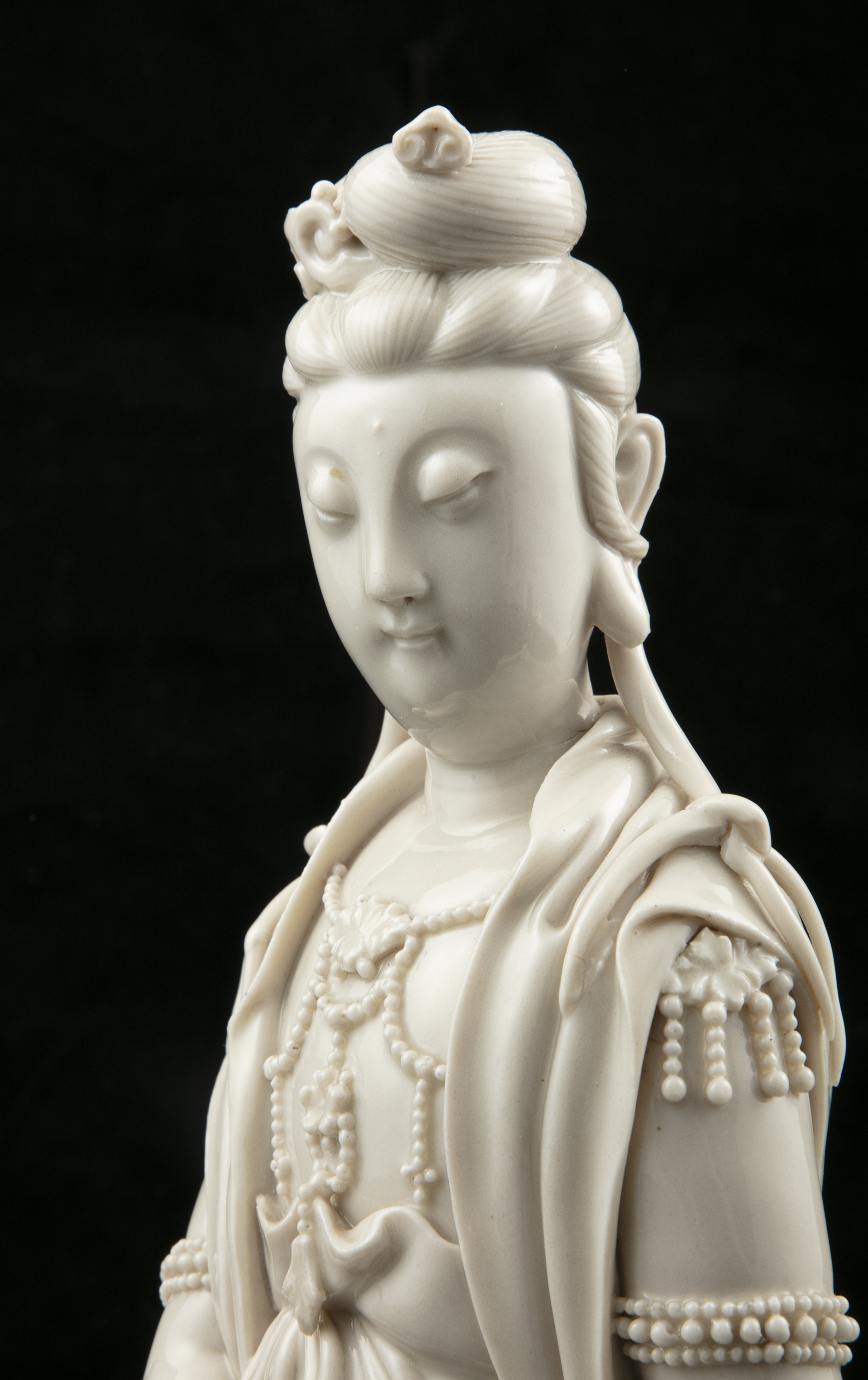 A LARGE DEHUA FIGURE OF A SEATED GUANYIN IMPRESSED WITH A HE CHAOZONG 何朝宗 CALABASH SHAPED SEAL - Image 21 of 48
