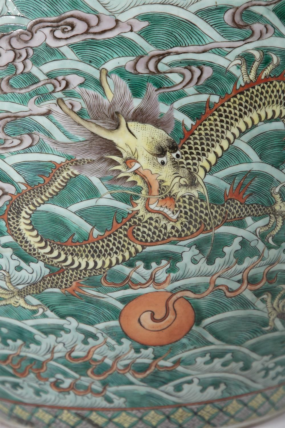A LARGE 'FIVE-CLAWED DRAGONS' FAMILLE VERTE AQUARIUM /FISHBOWL China, Qing Dynasty, 19th century The - Image 7 of 24