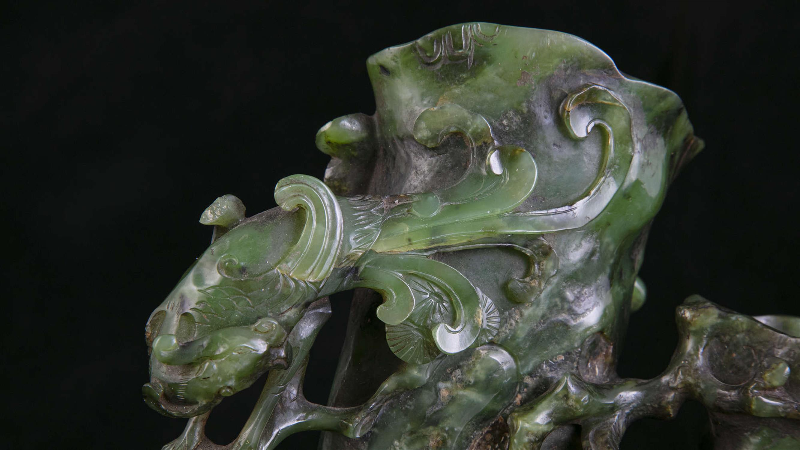 AN HIBISCUS SHAPED SPINACH JADE DOUBLE VASE China, Qing Dynasty, 19th centur Carved in a green stone - Image 12 of 45