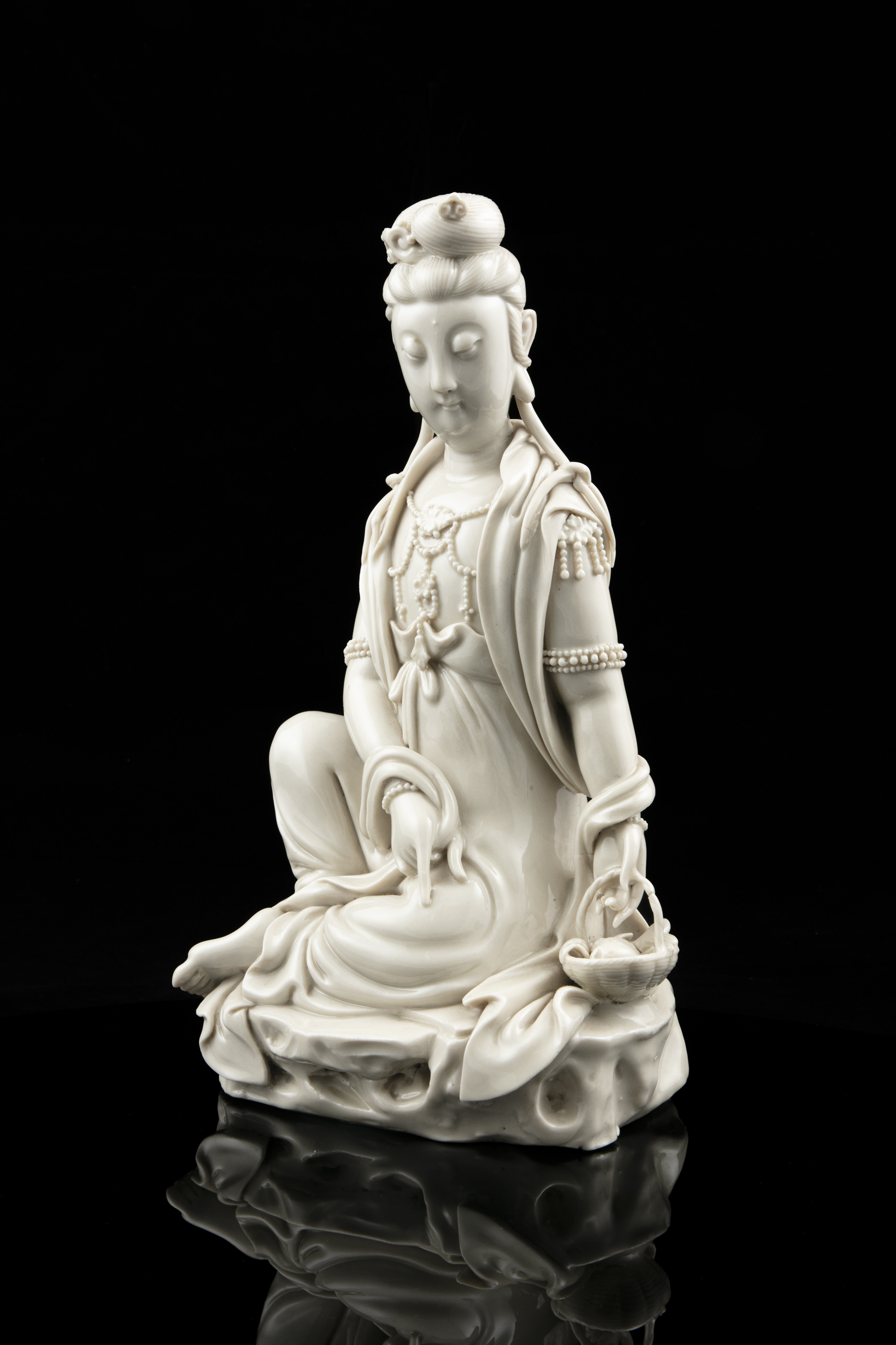 A LARGE DEHUA FIGURE OF A SEATED GUANYIN IMPRESSED WITH A HE CHAOZONG 何朝宗 CALABASH SHAPED SEAL - Image 15 of 48