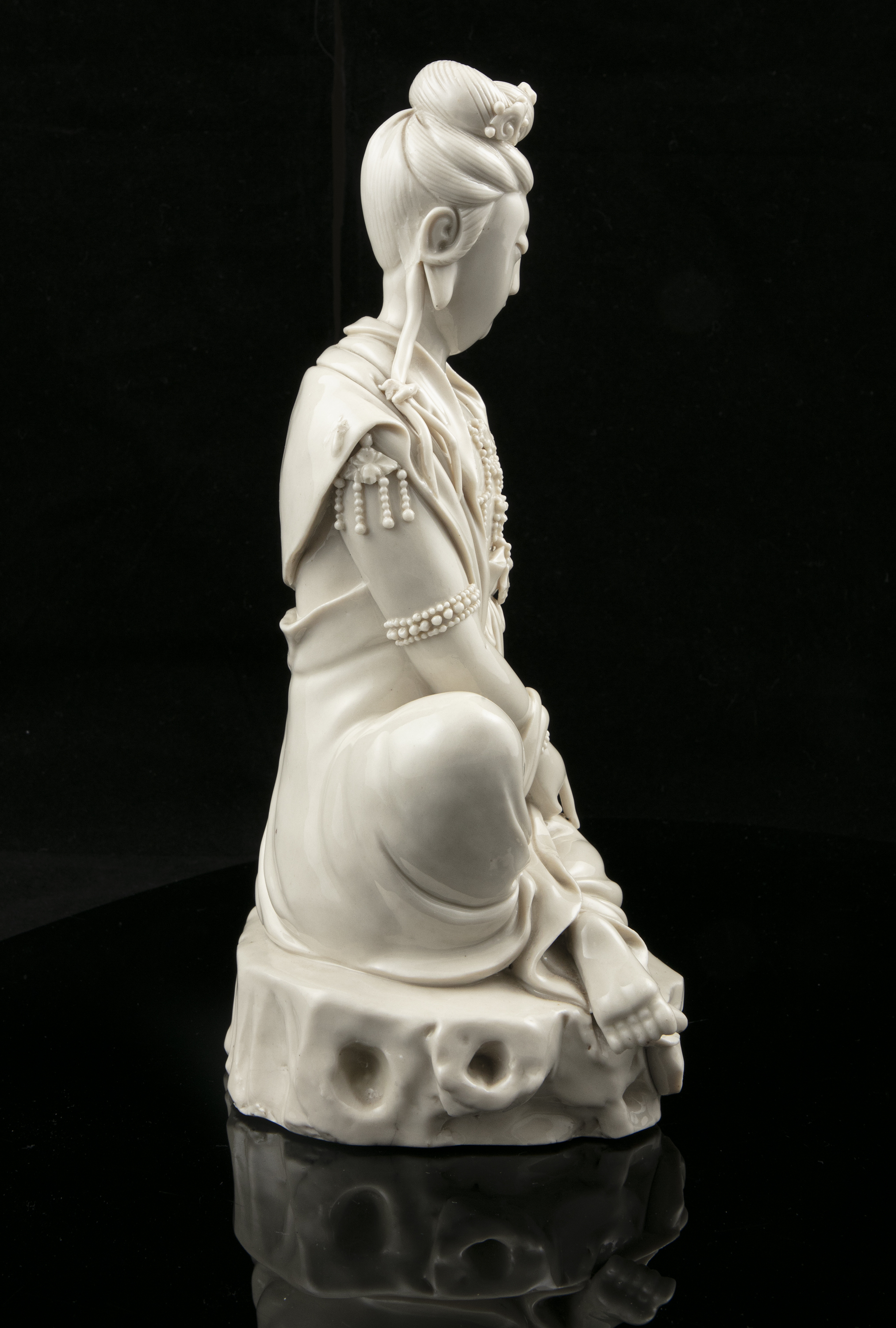 A LARGE DEHUA FIGURE OF A SEATED GUANYIN IMPRESSED WITH A HE CHAOZONG 何朝宗 CALABASH SHAPED SEAL - Image 25 of 48