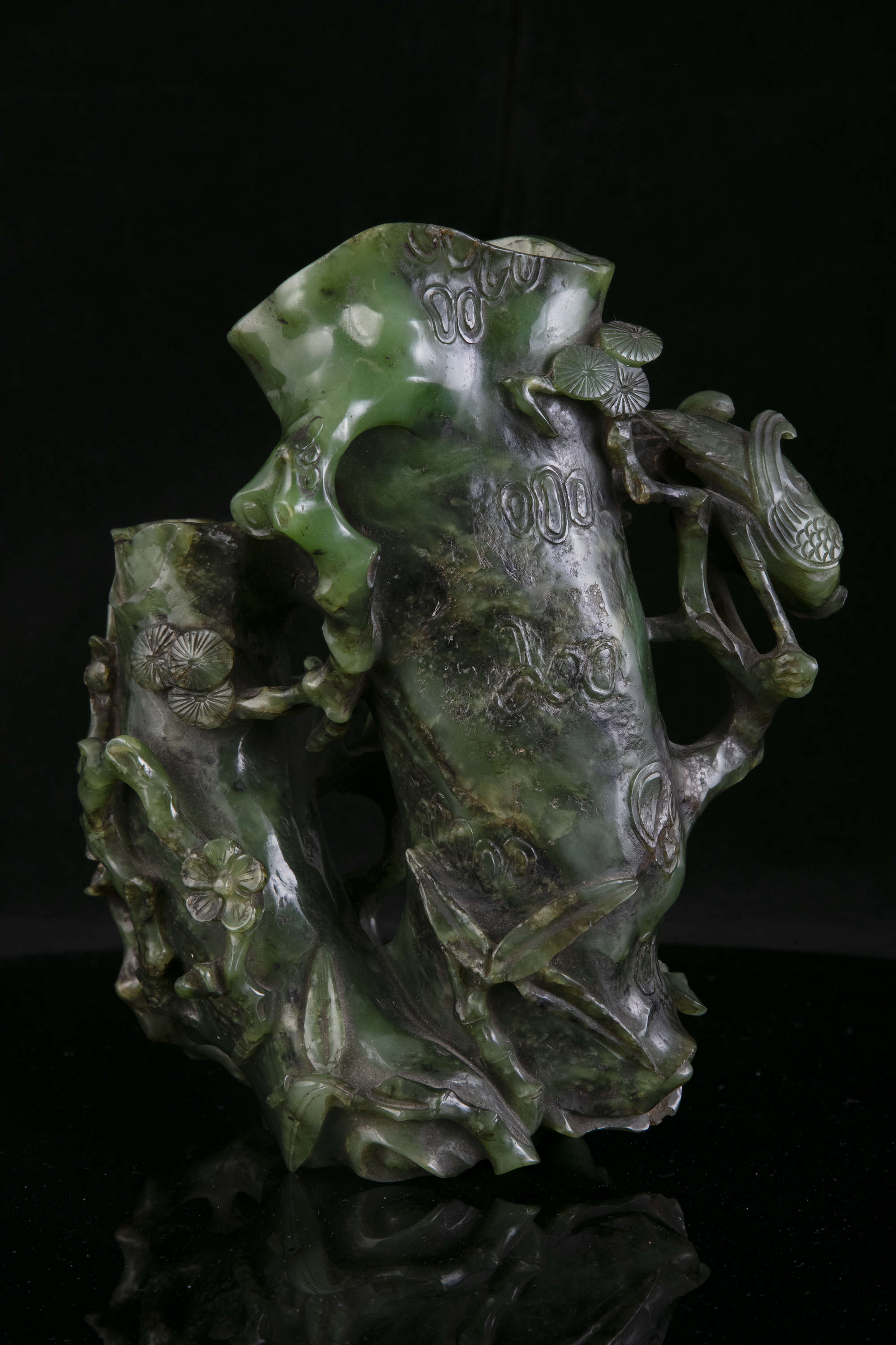 AN HIBISCUS SHAPED SPINACH JADE DOUBLE VASE China, Qing Dynasty, 19th centur Carved in a green stone - Image 34 of 45