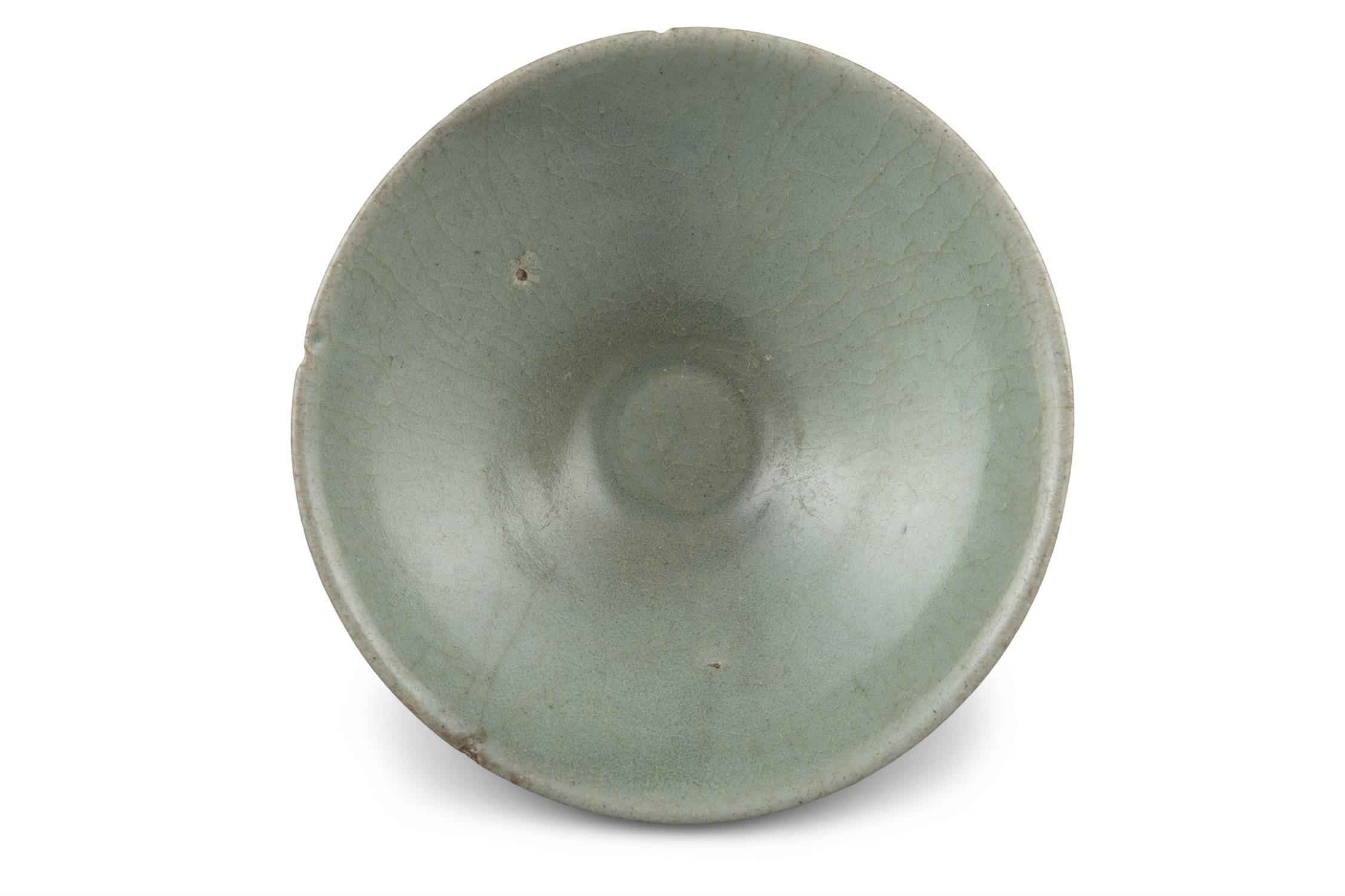 A CONICAL SHAPED CELADON GLAZED STONEWARE BOWL Korea, Joseon Dynasty H: 5cm - D: 13.3cm - Image 6 of 8