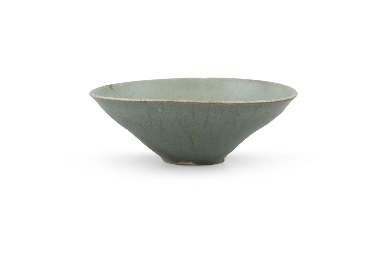 A CONICAL SHAPED CELADON GLAZED STONEWARE BOWL Korea, Joseon Dynasty H: 5cm - D: 13.3cm