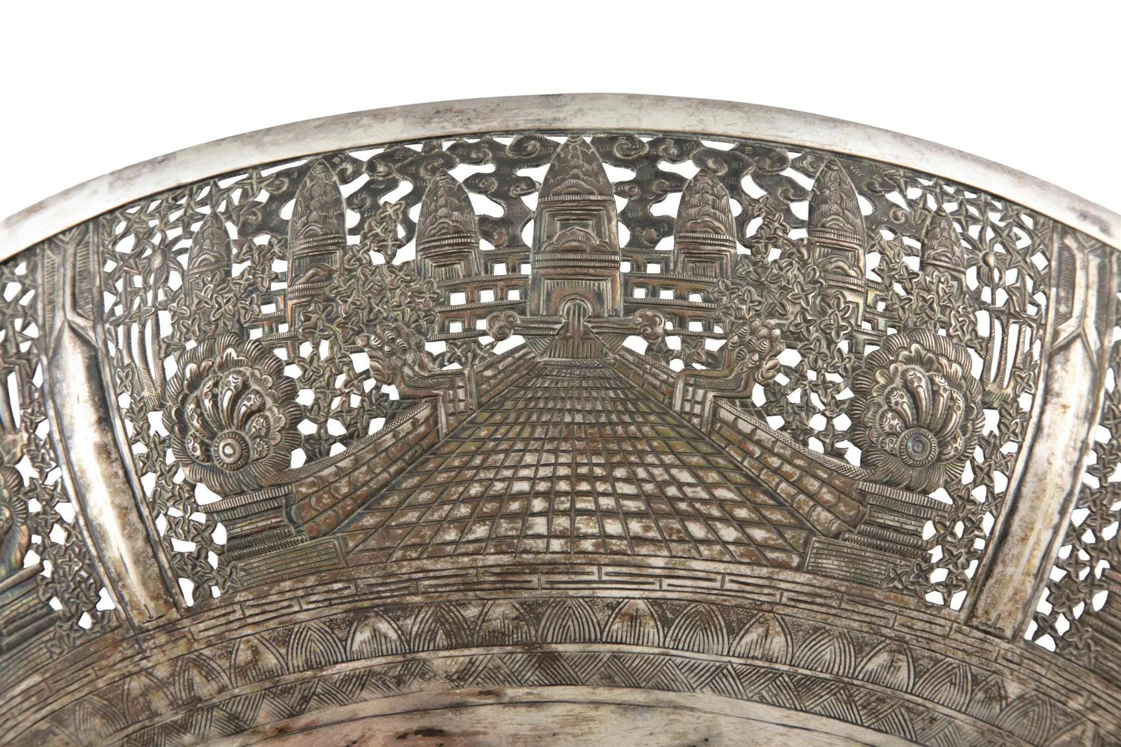 A LARGE RETICULATED 'ANGKOR VAT' SILVER BOWL Siam / Indochina, 20th century H: 10 cm - D: 28,5 cm - Image 4 of 4
