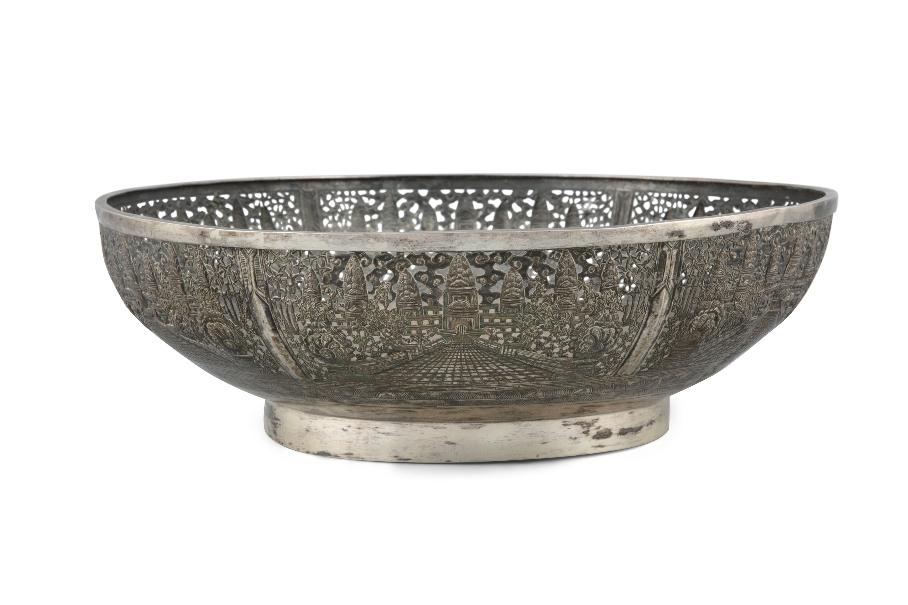 A LARGE RETICULATED 'ANGKOR VAT' SILVER BOWL Siam / Indochina, 20th century H: 10 cm - D: 28,5 cm