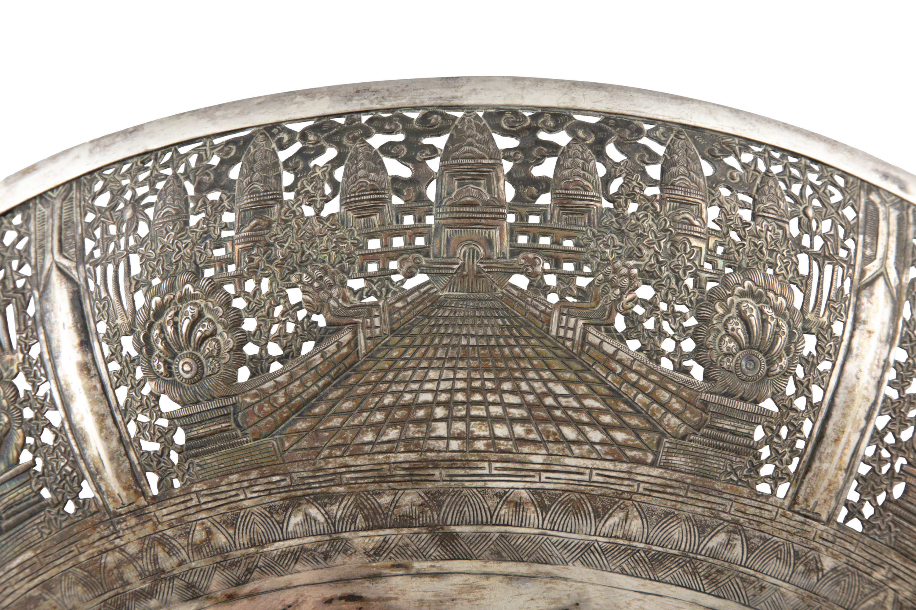 A LARGE RETICULATED 'ANGKOR VAT' SILVER BOWL Siam / Indochina, 20th century H: 10 cm - D: 28,5 cm - Image 2 of 4