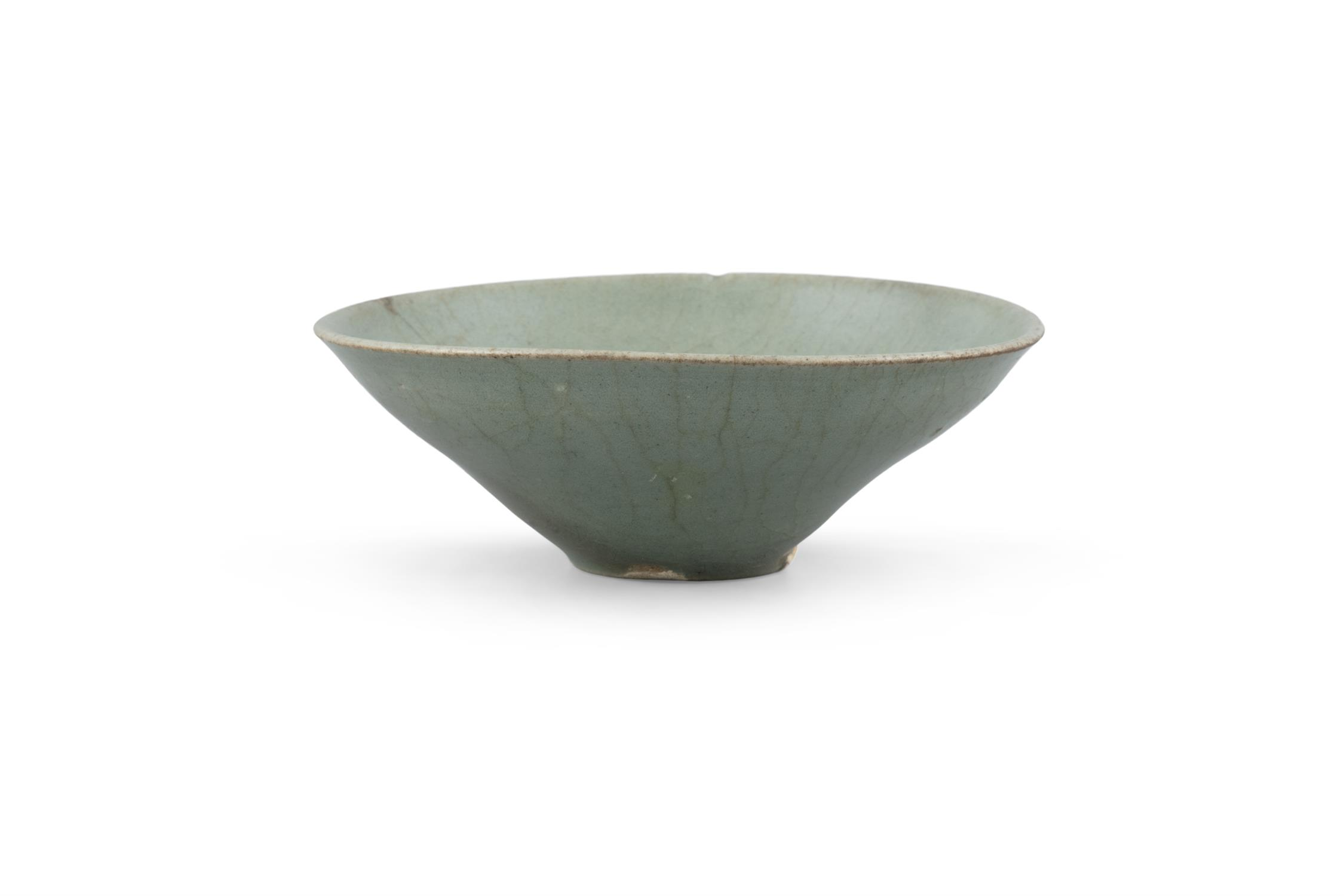 A CONICAL SHAPED CELADON GLAZED STONEWARE BOWL Korea, Joseon Dynasty H: 5cm - D: 13.3cm - Image 5 of 8