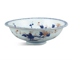A CHINESE IMARI CIRCULAR BOWL, late 18th century, decorated in blue, iron red and gilt enamels on a