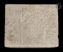 Stèle en marbre, Afrique du Nord, Maroc, probablement XVIe siècle Stèle à décor sculpté de trois